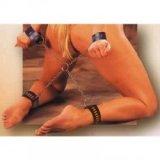 Überkreuzte Handschellen und Fußfesseln